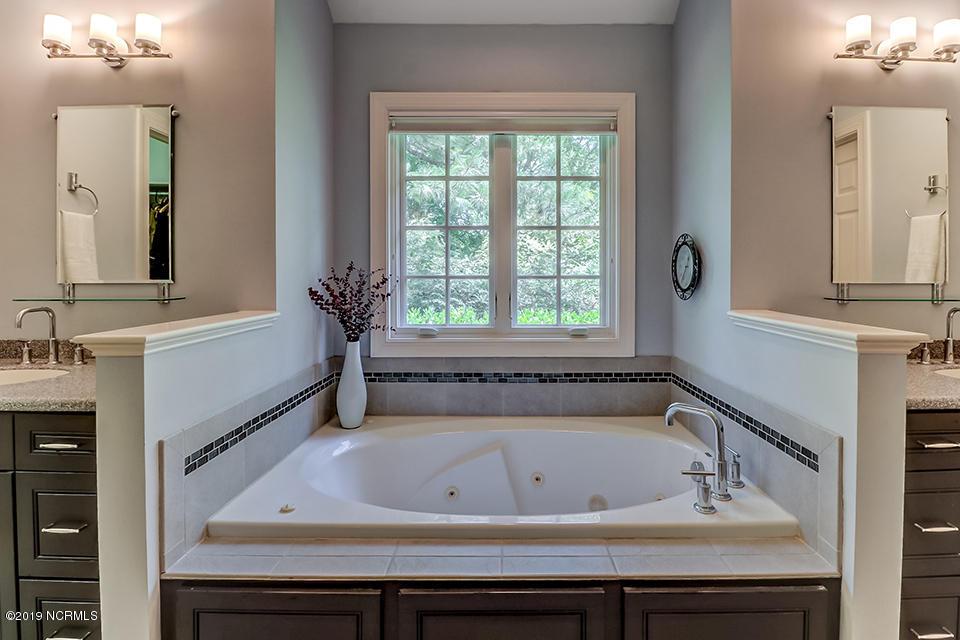 2121 Auburn bath.jpg