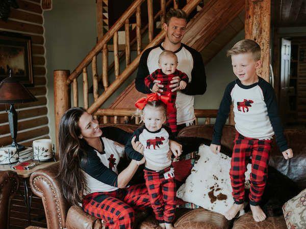 15ca2fd86601ee3b9bde03dc5f46a65f--family-christmas-pajamas-family-christmas-pictures.jpg