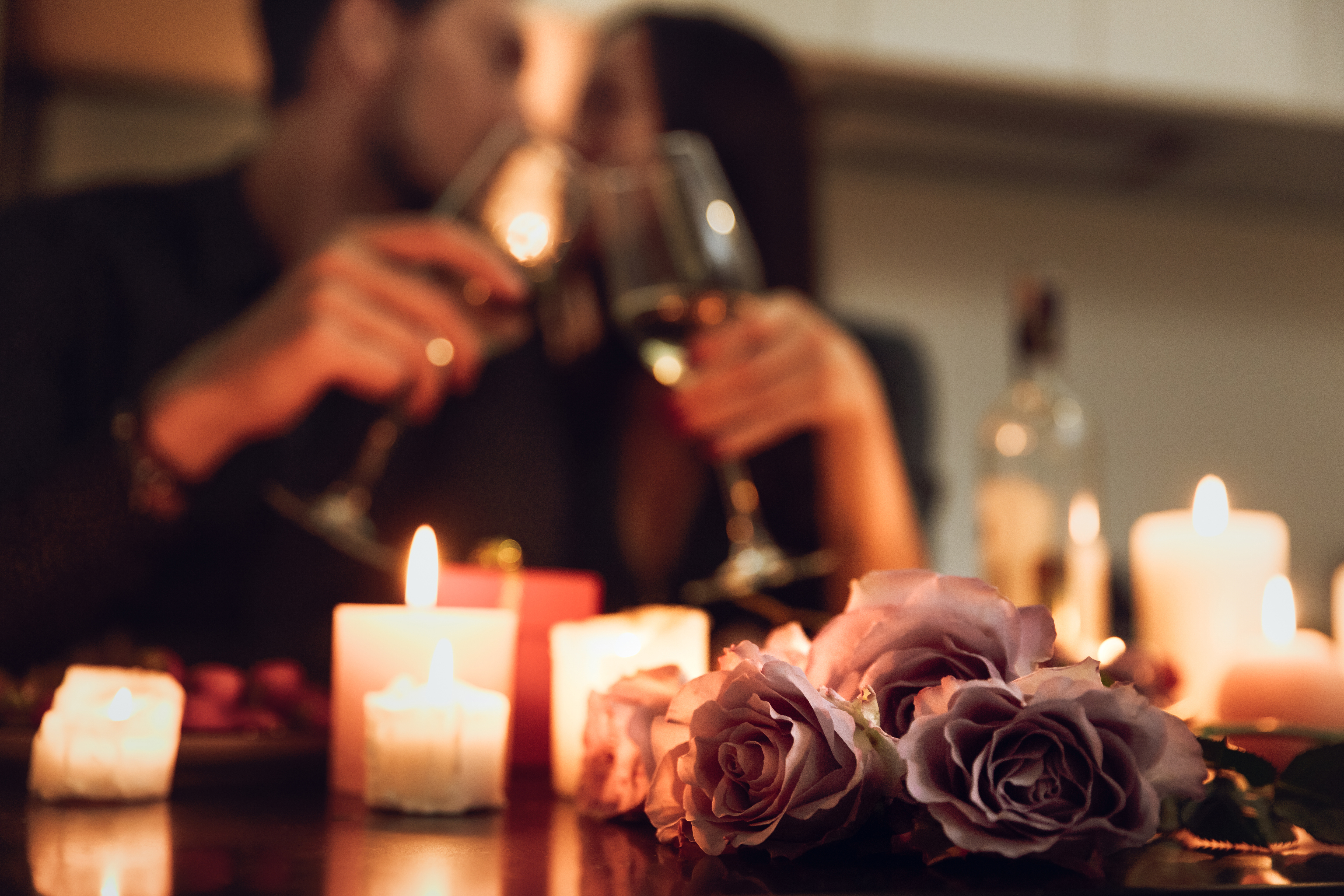 6 MUST-HAVE ITEMS FOR A ROMANTIC VALENTINE'S DATE AT HOME