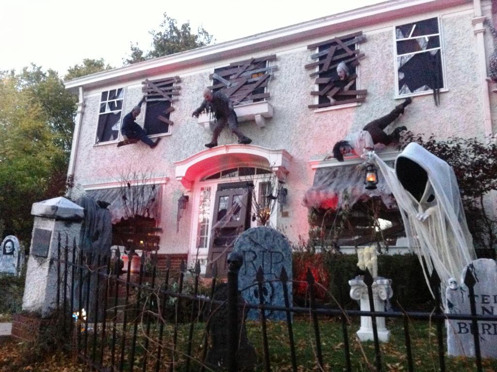 scary-halloween-house-decorations.jpg