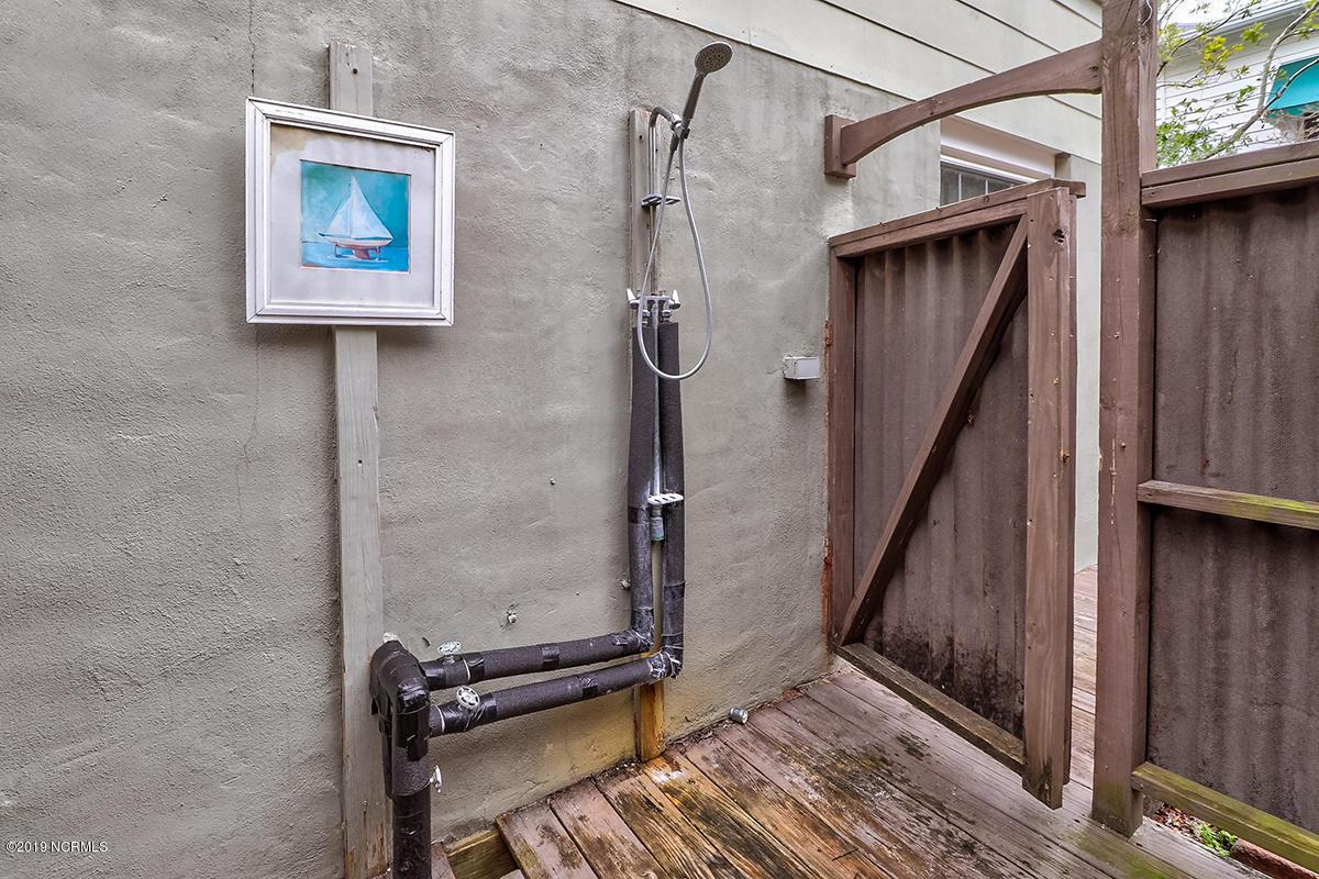 outdoor shower.jpg