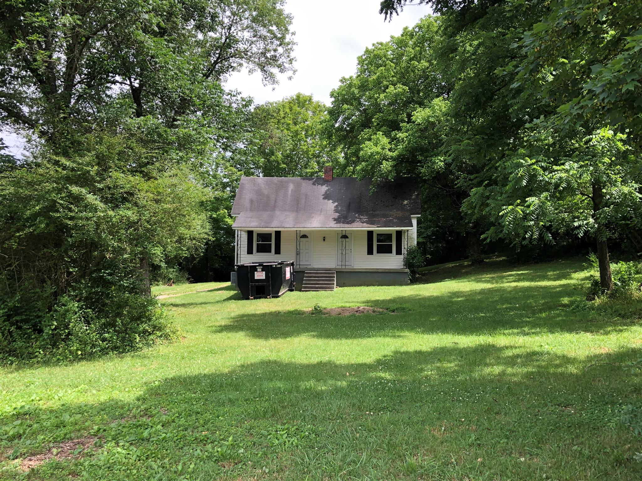 Adorable Farmhouse Situated On 2+ Acres In Hendersonville!  2028 Shell Rd, Hendersonville, TN, 37075