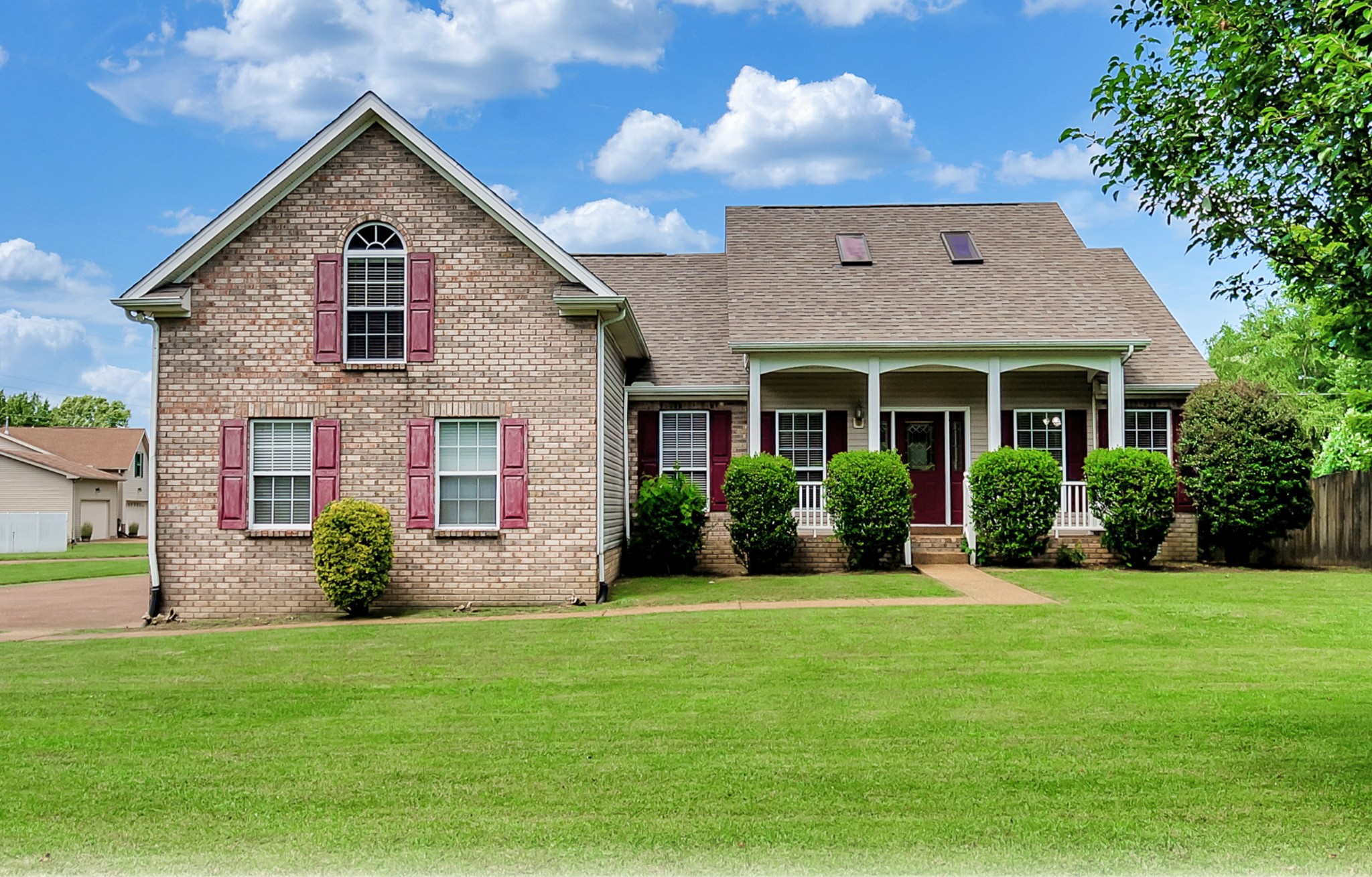 Beautiful Home With Soaring Ceilings And Fenced Backyard!  606 Hunterwood Dr., White House, TN.  37188